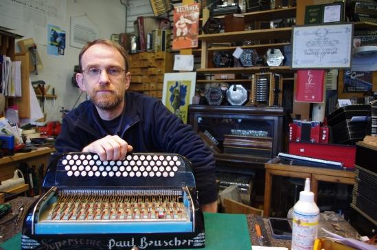 Laurent,  travaille depuis 25 ans dans sa boutique de réparation d'accordéon.