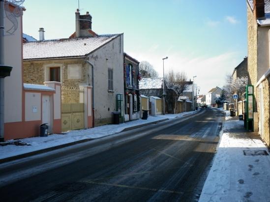La ville de Lisses semble déserte sous la neige.