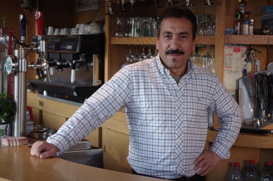Younes,  patron  du bar l'Anjou depuis 22 ans , l'un des repères historiques de la place du marché.