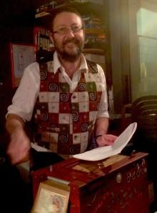 Christophe enchante La Commune avec son concert d'orgue de barbarie. (Photo : Mickaël Guiho)