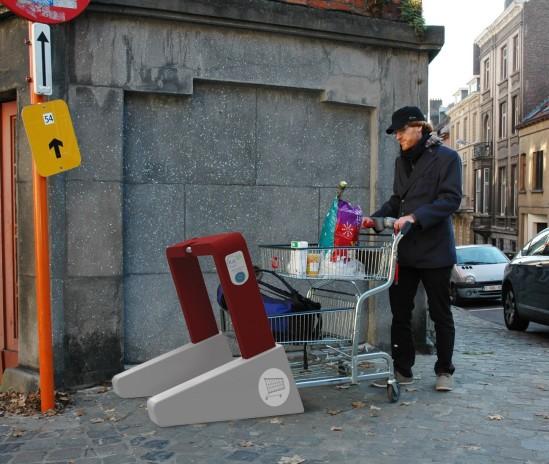 Michael Schnell range un chariot dans un prototype virtuel de borne k.di Lib. (Photo : Michael Schnell)