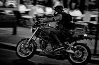 Un motard vêtu de noir a fait le tour du périphérique en onze minutes, à 250 km/h. Recherché par la police, le « Prince noir » n'a jamais été retrouvé. (Crédit : MRSKYCE / Flickr)