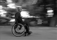 Un homme en fauteuil roulant fait la manche au niveau de la porte de Bagnolet. Alertés par les caméras de surveillance, les policiers arrivent : l'homme se lève, plie son fauteuil, et prend la fuite sur ses deux jambes. (Crédit : Marcovdz / Flickr)