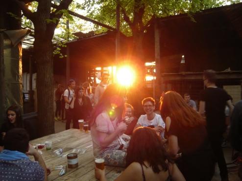 A la Ferme du Bonheur, les soirées commencent à 17h. Histoire de profiter du soleil sur fond de musique électro.