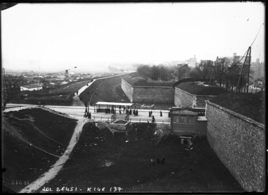 """Les fortifications parisiennes, Porte de Versailles. On aperçoit """"la Zone"""", au loin."""