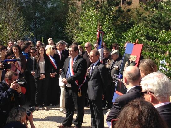 Le maire de Paris Bertrand Delanoë lors de l'inauguration du jardin Anna Marly, en compagnie du maire du 14ème arrondissement de Paris, Pascal Cherki. (Crédit photo : Julien Froment)