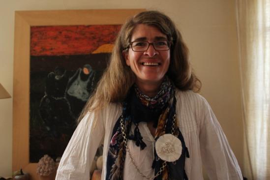 Isabelle Legrand porte une de ses créations. Un pendentif de chutes de tissus rehaussées de strass, posé sur une chaine de vélo. Crédits photo : Ludovic Clerima.